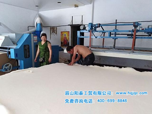 河南漯河用戶張姐和她老公正在制作我們的專利產品千層無網純棉被