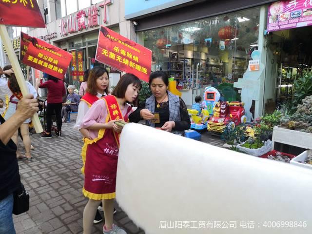 经典的抬被胎上街宣传,秦老板家亲属也上阵帮助宣传
