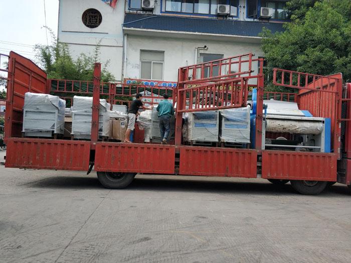为将整套被子加工设备运送到武总处,我们动用了两台大型货车1