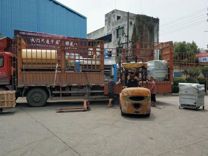 为将整套被子加工设备运送到武总处,我们动用了两台大型货车2