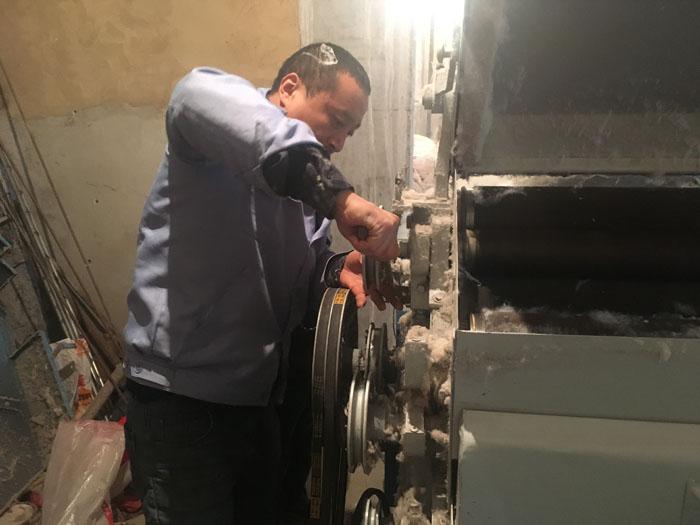 售后服務師傅在為使用多年的160精細彈花機做檢查和修理