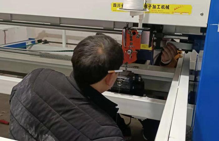 售后師傅為客戶檢查修理電腦絎縫機